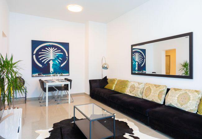 Apartment in Dubai - Luxury Apt Between Beach & Yacht Lined Marina