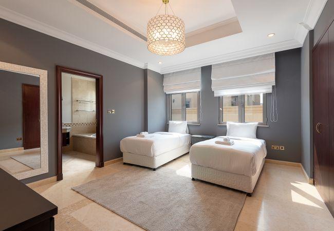 Villa in Dubai - Private Pool & Beach Access Villa w/ Cinematic Vw