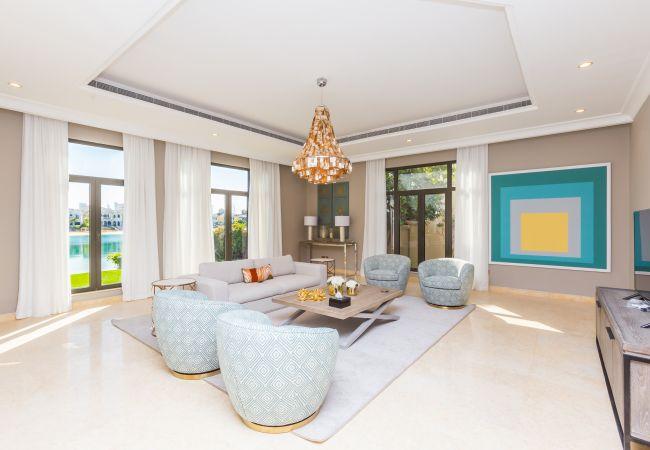 Villa in Dubai - Stunning Luxury 5BR Villa w/Pool & Beach on Palm
