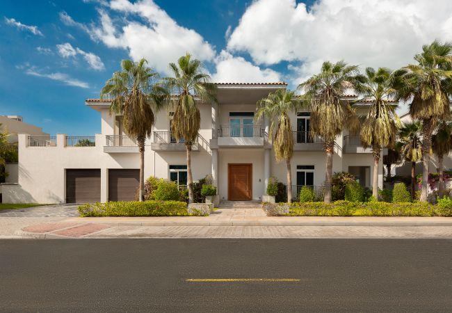 Villa in Dubai - Luxury Palm Jumeirah Villa w/ Prvt Pool & Beach Access
